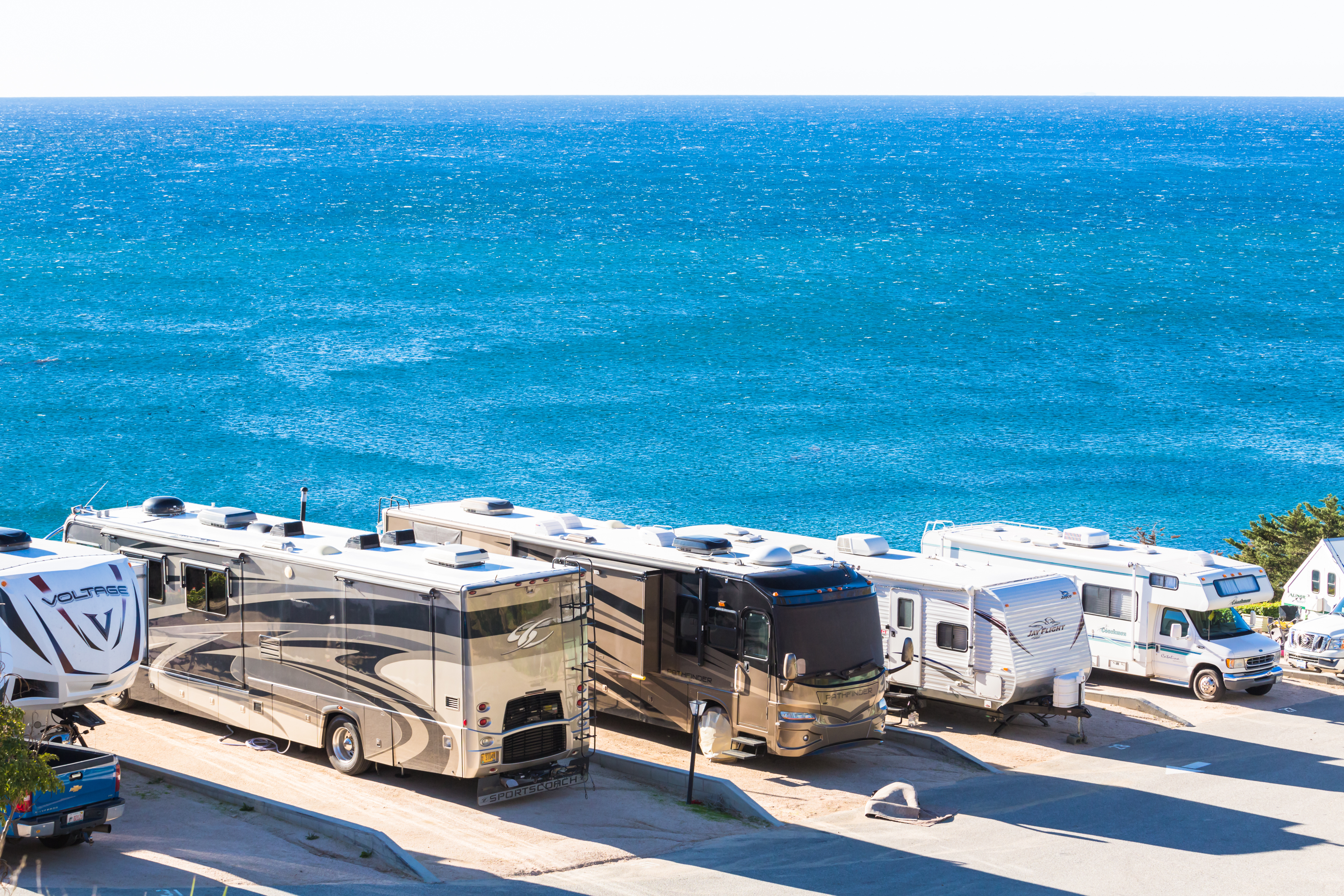 RV-campers-along-oceanfront